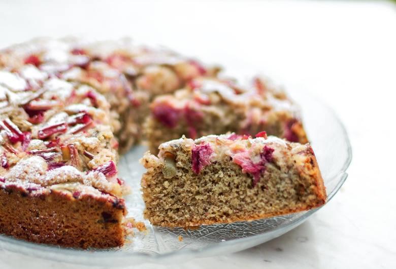 Pyszne i zdrowe ciasto z rabarbarem można zjeść na drugie śniadanie lub podwieczorek
