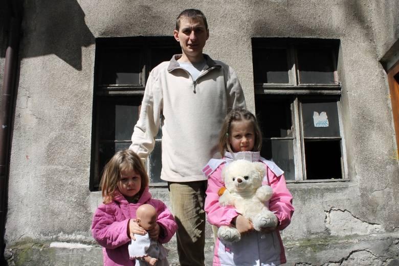 W ostatnią sobotę przed godz. 20.00 w kamienicy na ul. Pułaskiego  w Kluczborku w mieszkaniu na dole wybuchł pożar. W środku był 63-letni lokator.- Jak