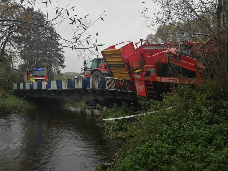 We wtorek około godz 12 na moście w miejscowości Garnki (powiat białogardzki) doszło do niecodziennego zdarzenia drogowego. Ciągnik z maszyną rolniczą