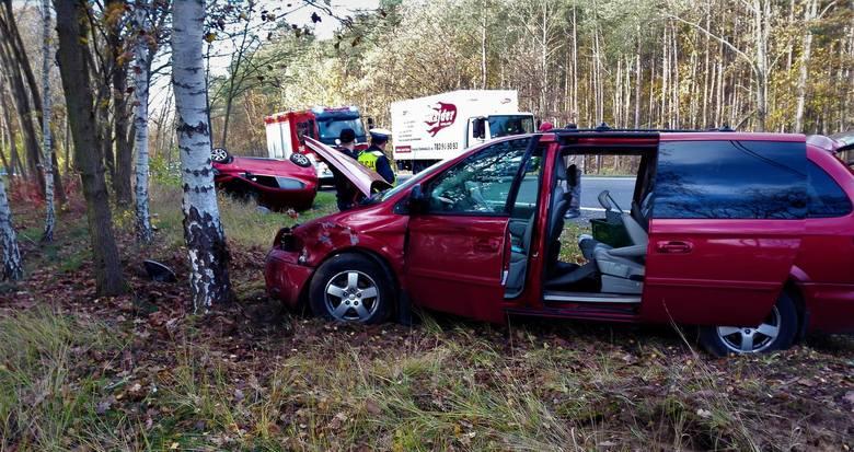 Do groźnie wyglądającego wypadku doszło na DK80 na trasie Toruń - Bydgoszcz. W okolicach miejscowości Pędzewo zderzyły się dwa samochody osobowe. Jedno