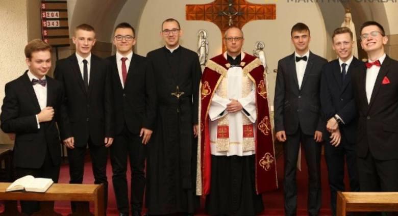 Na Świętym Krzyżu w diecezji sandomierskiej uroczyście przyjęto do nowicjatu sześciu kandydatów. Dzień później, w święto Narodzenia Najświętszej Maryi