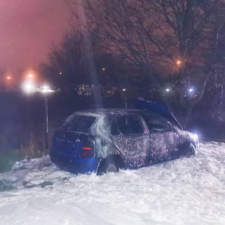 Na ul. Połczyńskiej w Koszalinie spłonął samochód. Wstępnie policjanci podejrzewają , że to auto marki skoda, skradzione tydzień temu w Białogardzie.