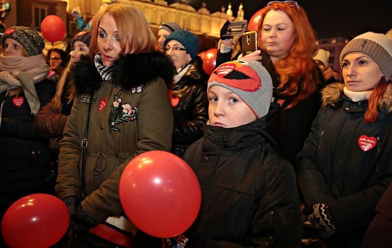 Kraków. Ulicami miasta przeszedł marsz wsparcia dla Jerzego Owsiaka i dla uczczenia pamięci Pawła Adamowicza [ZDJĘCIA]