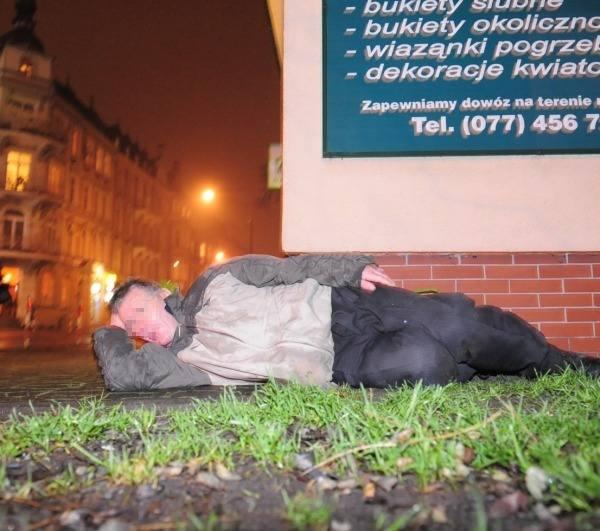 Kompletnie nieprzytomny mężczyzna leży przy ulicy 1 Maja w Opolu. Nikt sie nim nie zainteresuje