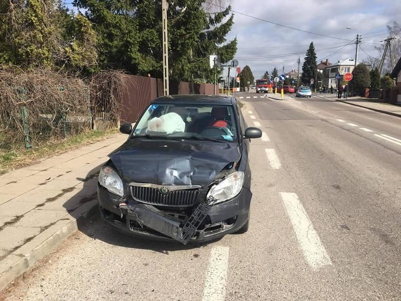 Do wypadku do którego doszło na głównym skrzyżowaniu w Knyszynie. W zdarzeniu brały udział samochody Ford Transit i Skoda. Z wstępnych ustaleń wynika,