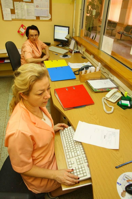 Rejestratorki mgr Katarzyna Wodarz (na pierwszym planie) i Sabina Anklewicz.