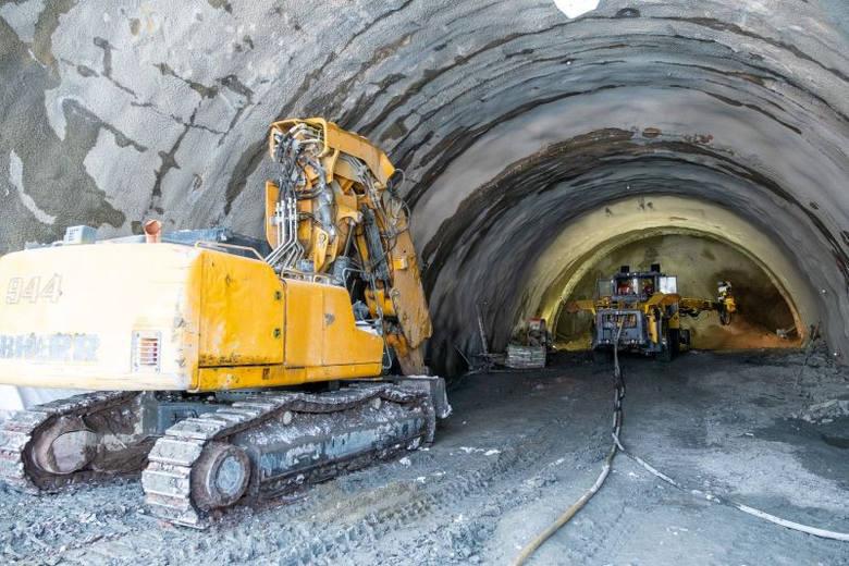 Na budowie drogi ekspresowej S1 w Beskidach (obejście Węgierskiej Górki) najwięcej prac toczy się w związku z drążeniem czterech tuneli pod Baranią Górą.