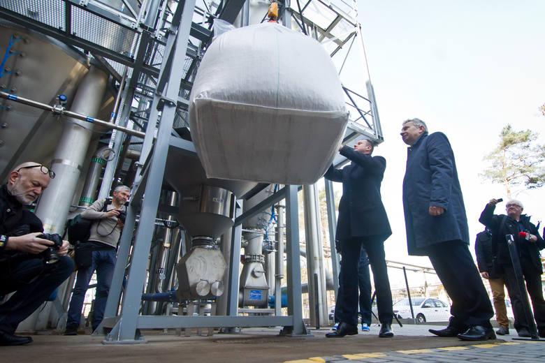 Wiesław Sażała, prezes Boruty-Zachem, i wiceprezes Marcin Pawlikowski symbolicznie zawiesili  wczoraj na instalacji worek ze śrutą rzepakową. Na bazie jej fermentacji powstają biosurfaktanty.