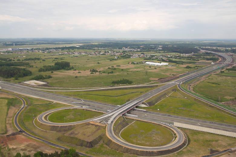1 czerwca 2012: Generalna Dyrekcja Dróg Krajowych i Autostrad otworzyła 30-kilometrowy odcinek autostrady A1 z Wieszowy do Pyrzowic. Lotnisko zyskało zatem połączenie z południem regionu i z A4. Autostrada połączyła się tu z trasą S1. Niestety, odcinek od Pyrzowic do Częstochowy i dalej, do woj....