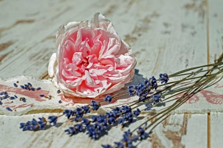 Płatki róż i lawenda to klasyczny składnik potpourri, ale ich użycie nie jest konieczne.