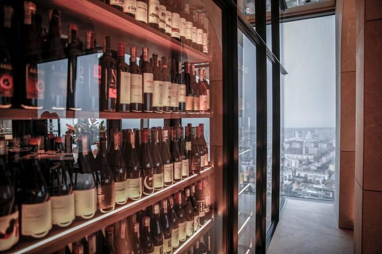 Racząc się winem, przyjmujemy jednorazowo podobną dawkę alkoholu – od 3,4 do 4,2 SJA, czyli przeciętnie cztery lampki tego trunku.