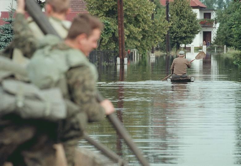 Powódź Tysiąclecia: 23 lata temu wielka woda spustoszyła Polskę. Dzisiaj też wciąż pada i pada... Zobacz archiwalne ZDJĘCIA