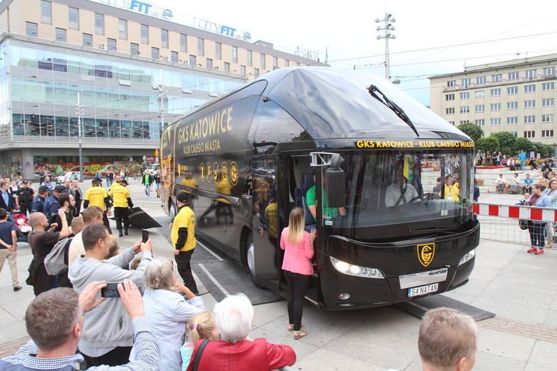 Lipiec 2017. Premiera nowego autokaru GKS-u Katowice.Zobacz kolejne zdjęcia. Przesuwaj zdjęcia w prawo - naciśnij strzałkę lub przycisk NASTĘPNE