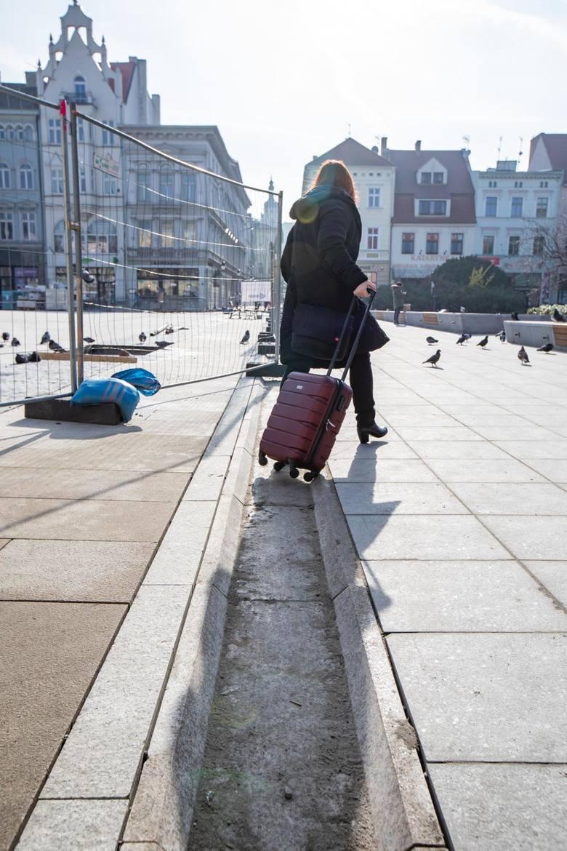 Rynna mająca odprowadzać wodę z płyty bydgoskiego rynku otacza niemal cały nowy plac. Czy będzie przeszkodą dla pieszych?