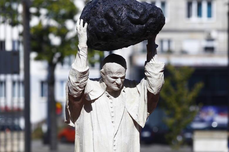 Jan Paweł II rzucający meteorytem. Kontrowersyjna instalacja przed Muzeum Narodowym w Warszawie