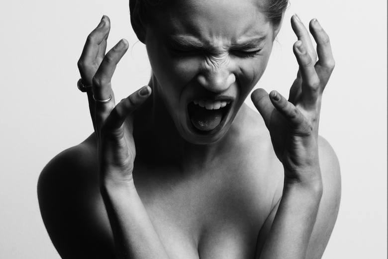 Nerwowość, niepokój, rozdrażnienie - częste objawy nadczynności tarczycy.