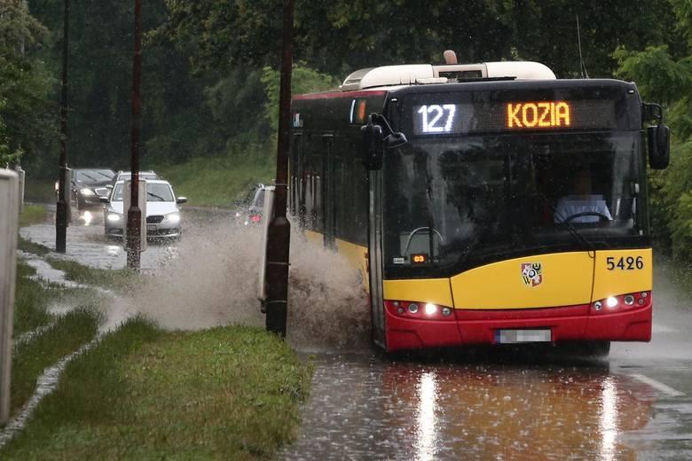 Woda po deszczu bardzo szybko przybiera w tym miejscu na ul. Gnieźnieńskiej.
