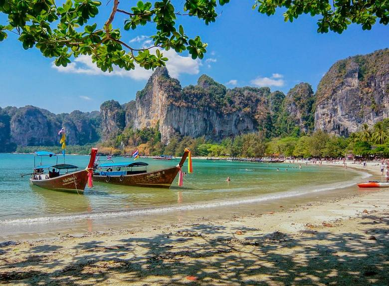 Tajlandia to jeden z najpopularniejszych zimowych kierunków, jeśli chodzi o egzotykę. Polacy w zimowe dni tęsknią za słońcem i chętnie wybierają egzotyczne
