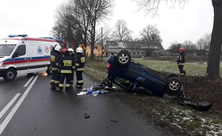 Samochód osobowy wypadł z drogi, uderzył w drzewo i dachował.Przejdź do kolejnego zdjęcia --->