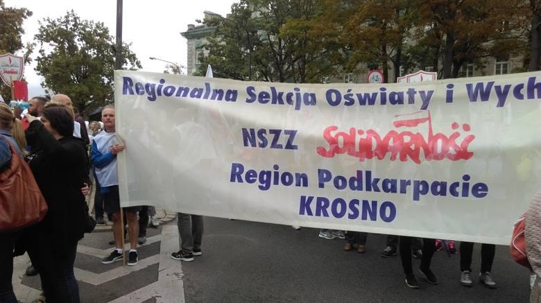 """ZOBACZ TEŻ: """"Czerwona kartka dla minister Zalewskiej"""". Protest nauczycieli i związkowców Solidarności przed ministerstwem edukacji"""