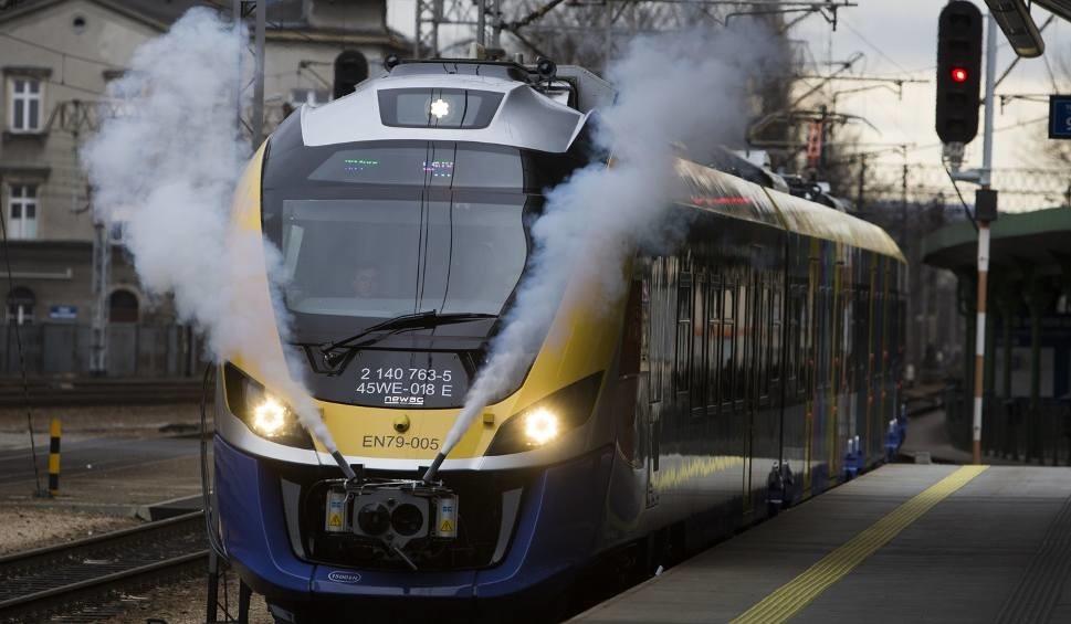 06a0b4f3 Pierwszy, świąteczny pociąg Kolei Małopolskich wyruszy ze stacji Kraków  Główny w sobotę, 23 grudnia o godz. 9.22, a przyjazd do Zakopanego jest  planowany na ...