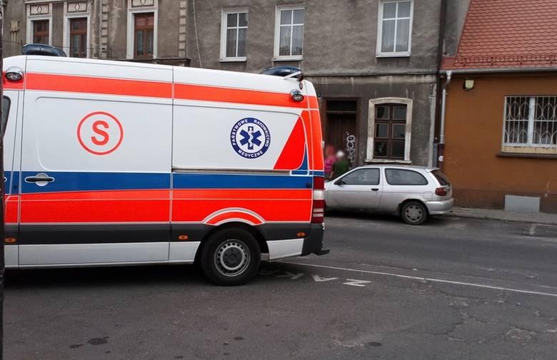 Ranny 15-latek został przewieziony do szpitala przez ekipę karetki pogotowia ratunkowego