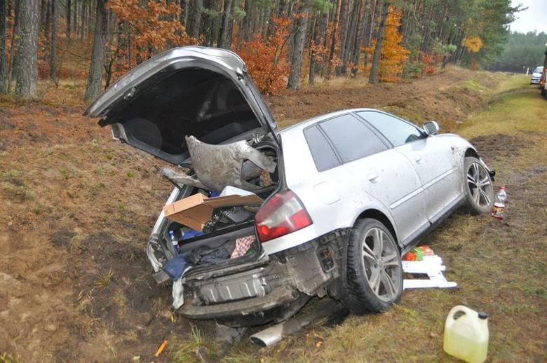Audi musiało jechać bardzo szybko, bo mimo hamowania przeleciało poboczem jeszcze prawie 100 metrów.