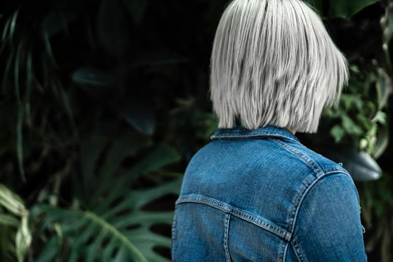 Te zdjęcia udowadniają, że siwe włosy mogą być naprawdę piękne. Zainspiruj się i nie farbuj