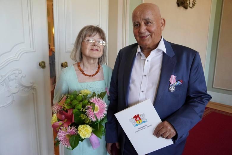 Białystok. Uroczystość z okazji 50-lecia małżeństwa. 57 medali dla małżeństw, które świętowały Złote Gody [ZDJĘCIA]