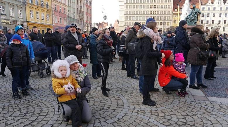 Wrocławianie na Rynku żegnali Pawła Adamowicza (ZDJĘCIA)