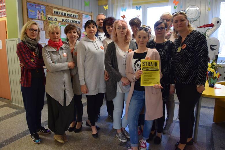 Od rana do strajku dołączali kolejni nauczyciele SP nr 13 w Zielonej Górze. - Czekamy, co zrobi druga strona - mówią