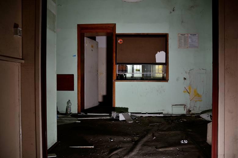 Komisariat policji przy ul. Wyspiańskiego na Łazarzu zlikwidowano 8 lat temu. Od tamtej pory budynek stoi opuszczony i niszczeje. Jak dziś wygląda w