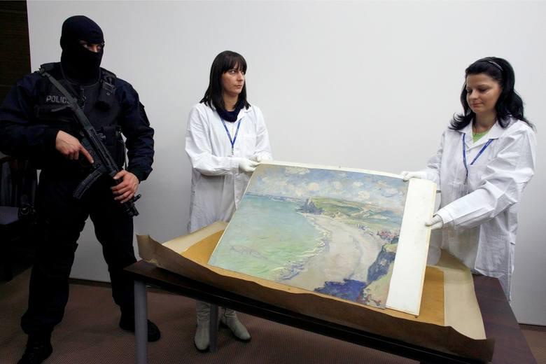 19 września 2000 r. pracownik Muzeum Narodowego w Poznaniu zauważył, że jeden z obrazów osunął się z ramy. Po chwili z przerażeniem odkrył, że w miejsce