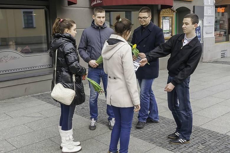Rynek Kościuszki. Narodowcy rozdawali kwiaty w Dzień Kobiet (zdjęcia)