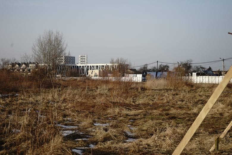 Rozpoczęła się wycinka drzew pomiędzy kąpieliskiem Żwirownia a ulicą Kwiatkowskiego w Rzeszowie. Ma tu powstać pięć bloków.