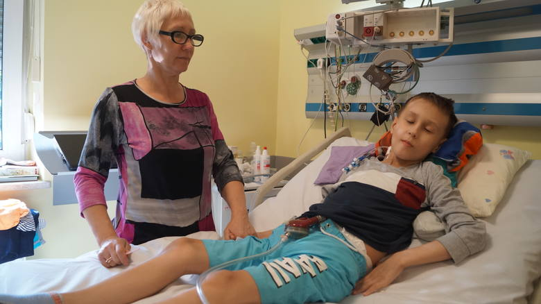 Małgorzata Bąk, mama Kryspina, wciąż wierzy w to, że jej syn wyzdrowieje i będzie żył normalnie. - Dopóki jesteśmy pod dobrą opieką, zawsze jest szansa - podkreśla mama 11-latka.<br /> <br /> <iframe...