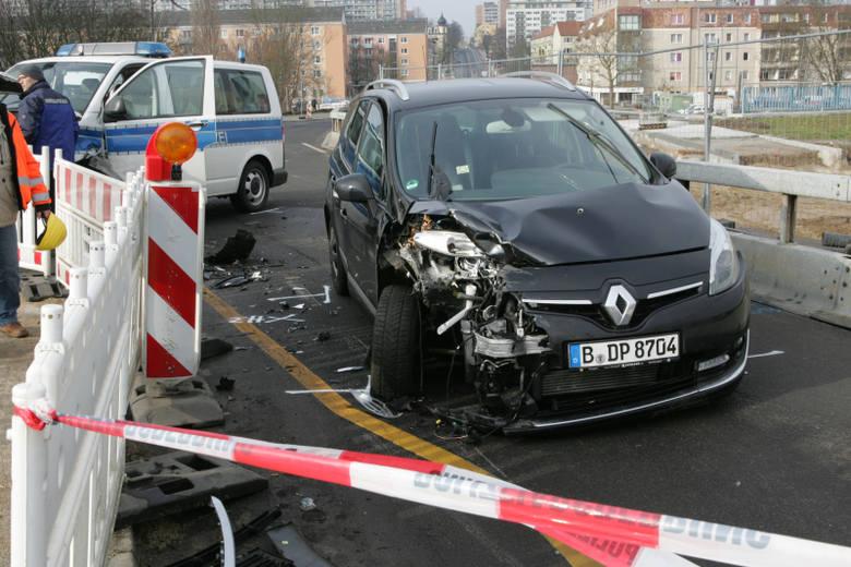 (pik)W środę, 2 marca przed godz. 3 w nocy tuż za mostem na Odrze we Frankfurcie 27-letni polski kierowca wjechał w niemiecki radiowóz. Doszło do potrącenia