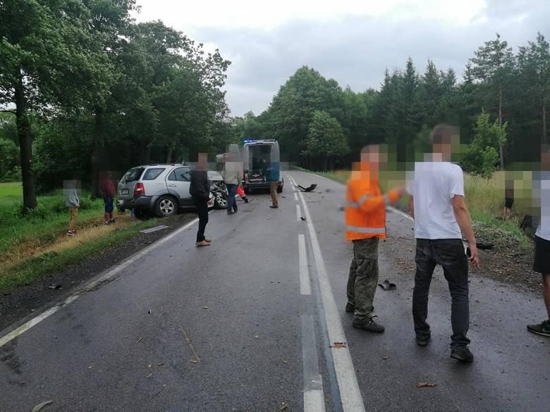 Wypadek w miejscowości Kalnica. Na drodze krajowej nr 66 kia zderzyła się z ciężarówką. Kierowca osobówki zginął na miejscu. Zdjęcia pochodzą z fanpejdża