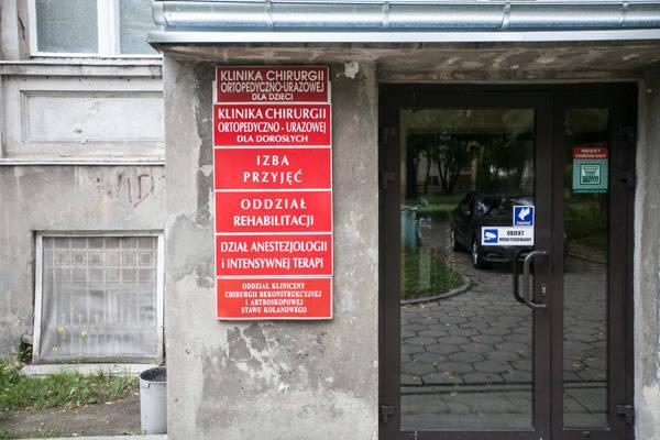 W szpitalu przy ul. Drewnowskiej nie miał kto zrobić pacjentowi prześwietlenia, a że chory nie chciał wyjść bez badania, lekarz wezwał policję.