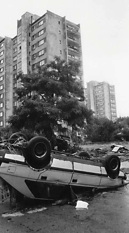 Opole 1997. Ulica Prószkowska. Po zejściu wody wiele wraków samochodów zastygło w pozycji, w jakiej pozostawiła je powódź.