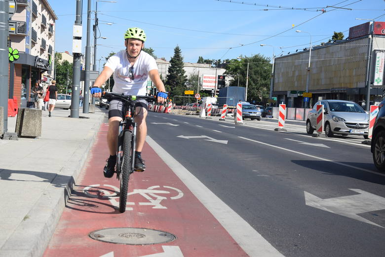 Pasy rowerowe są na każdej ulicy, która prowadzi do skrzyżowania przy katedrze lub od niego odchodzi.