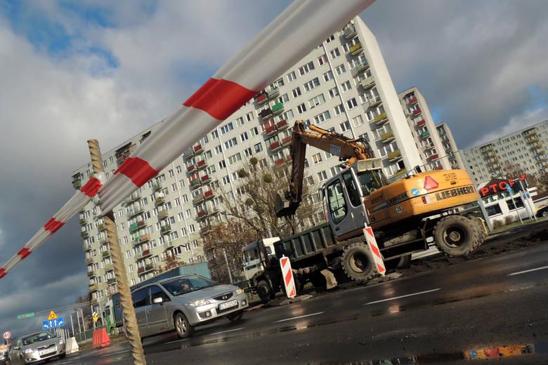 Przy ul. Grudziądzkiej firma Eurovia postanowiła gonić termin nocami. W tle widać wieżowce przy ul. Sczanieckiego, których lokatorzy narzekają.