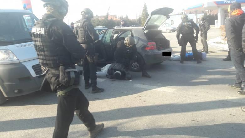 Czterej zatrzymani mężczyźni od kilku miesięcy szantażowali i wymuszali pieniądze od dwóch mieszkańców Łodzi. Ich działania policjanci zakwalifikowali