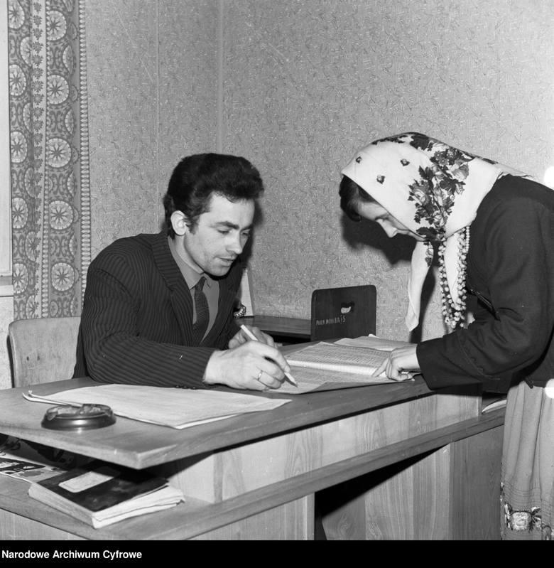 Jak głosowaliśmy 50 i 100 lat temu? Zobacz archiwalne zdjęcia z wyborów. Lokale wyborcze pękały w szwach!Głosowanie na wsi w siedzibie Prezydium Gromadzkiej