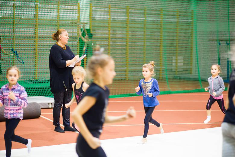 Pod okiem Anny Sokołowskiej, w trzech grupach zaawansowania, gimnastykę trenuje ponad sto dziewczynek w wieku od 4 do 12 lat
