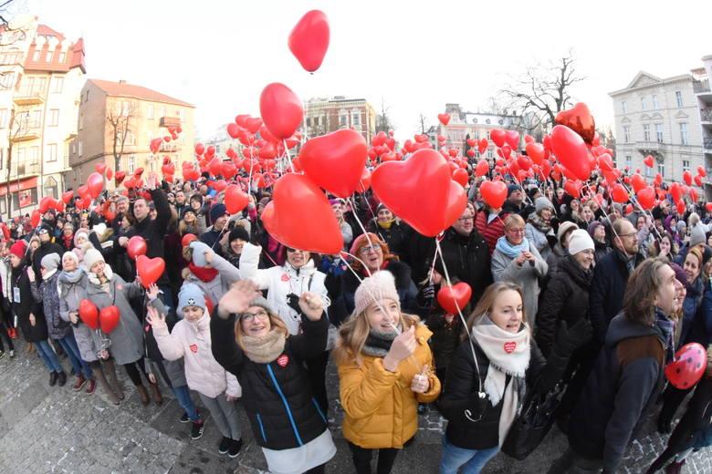 Na placu Bohaterów zebrało się kilkuset mieszkańców żeby podziękować i wesprzeć Jurka Owsiaka, szefa Wielkiej Orkiestry Świątecznej Pomocy. Wolontariusze,