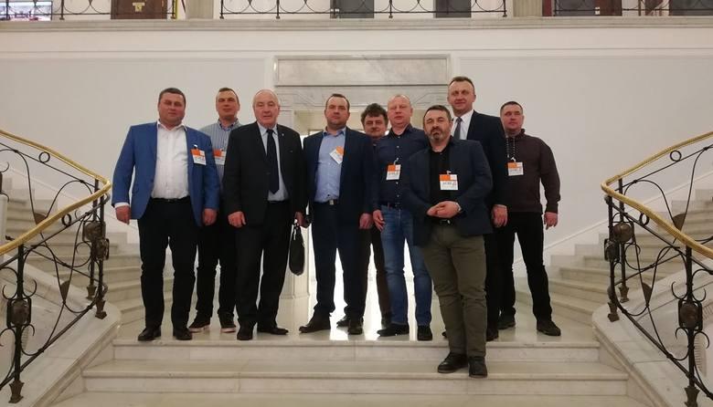 Sadownicy, przedsiębiorcy i przetwórcy wraz ze starostą sandomierskim Marcinem Piwnikiem oraz posłem Kazimierzem Kotowskim w Sejmie.