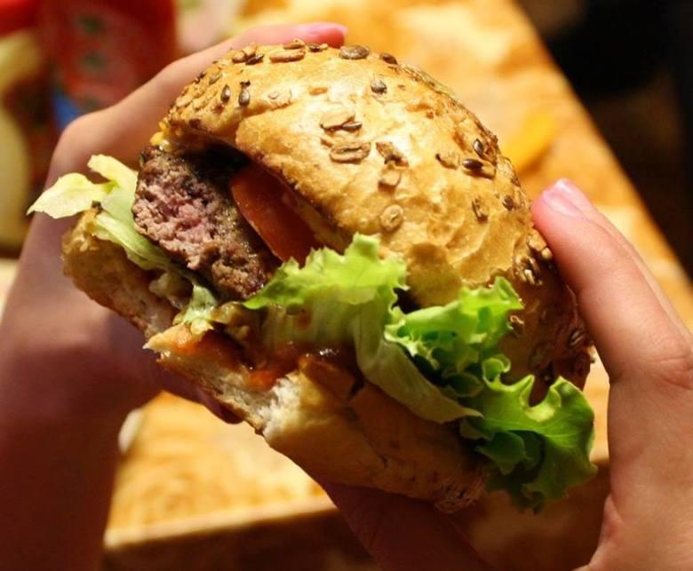 Byczy Burger, ul. Droga TrzeposkaW tym miejscu właściciele lokalu proponują aż 9 różnego rodzaju burgerów. W menu znajdziemy m.in. Burger Mexican, Słodziak,