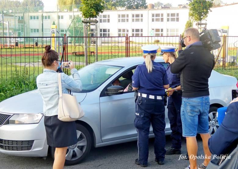 Policjanci z Opola prowadzą profilaktyczne akcje pod szkołami.