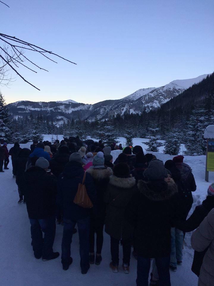 Tłumy ludzi na szlaku do Morskiego Oka w piątek, 30 grudnia